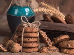 کوکی گردو و کشمش نادی | عکاسی غذایی به صورت دکوراتیو | عکاسی تبلیغاتی صنایع غذایی نادی